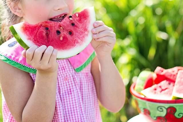 Bambina mangia anguria