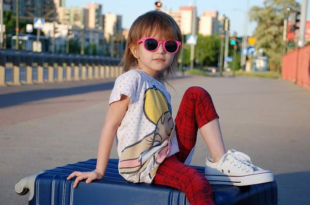 Bambina sulla valigia
