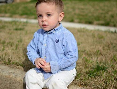 Bambino con camicia e pantalone elegante