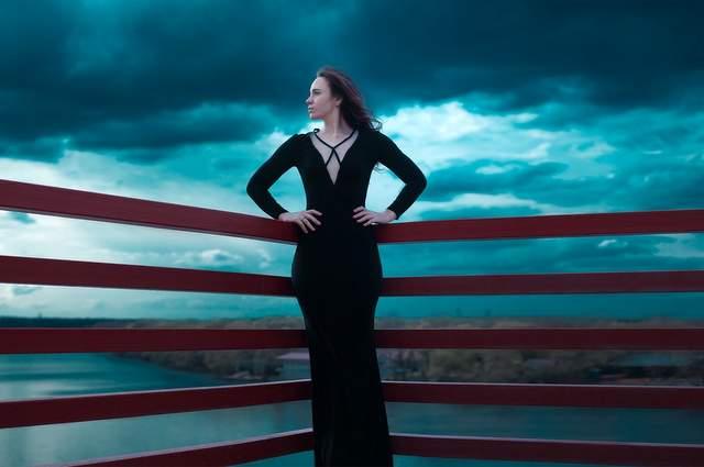 Ragazza con vestito nero