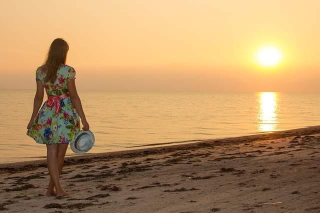 Ragazza in spiaggia tramonto
