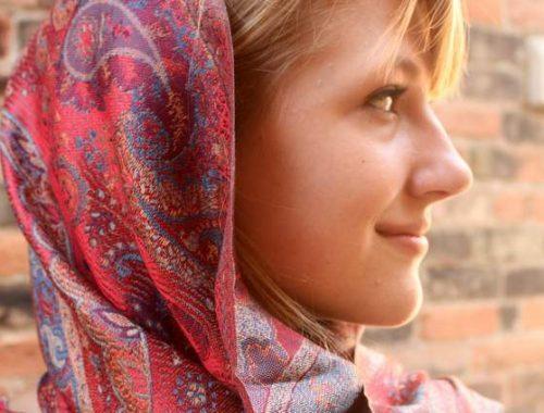 Donna che indossa una pashmina