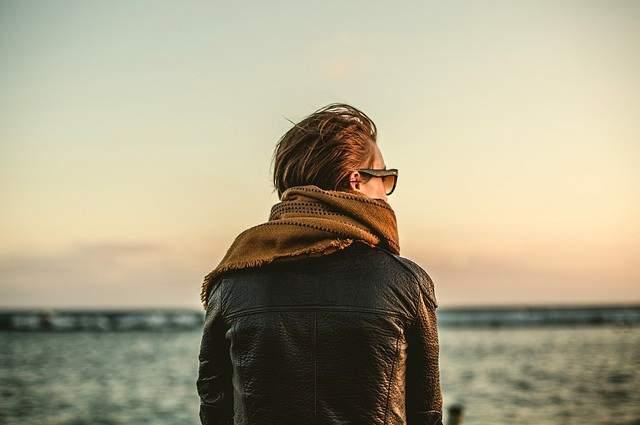 Donna che indossa sciarpa e giubbotto di pelle